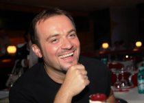 Cine este Tony Poptamas : o analiză critică a paginii lui de Facebook